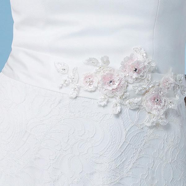 Brautgürtel 'Rosa' mit Spitzenblüten, Perlen & Glasperlen