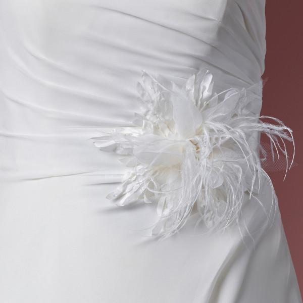 Brautgürtel Satin mit Blüte, Federn, Spitzenperlen & Strass, creme