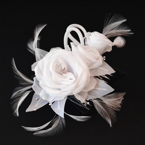 Gesteck Rosenblüte 'Wira' mit Strass und Federn - weiß